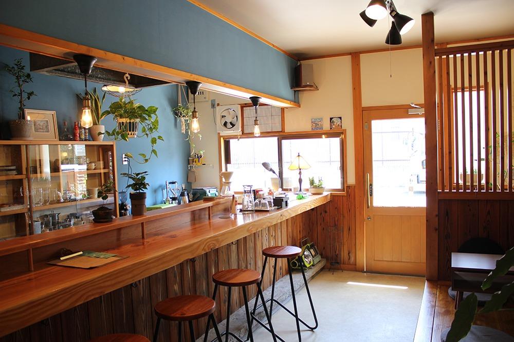 奈良女子大の北側に昨秋OPEN。トランキーロは、スペイン語で「ゆっくりあせらず」という意味。1人でもドリップコーヒーや葛ココア、マフィンやサンドを片手にリラックスできるカフェだ。テイクアウト可。