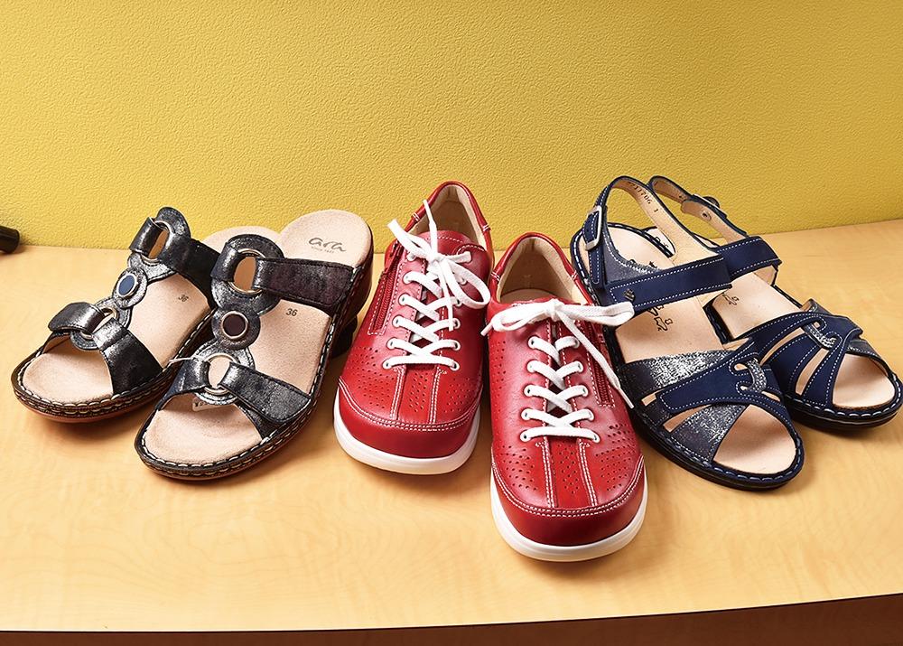 生駒市、Arco アルコ。靴底が揺りかご型の「ローリングソール」が、わざと足元を不安定にさせることで、体が重心を取り、正しい姿勢を呼び起こしてくれる。歩いているうちに、自然と足腰が鍛えられて、疲れにくい健康体へ。店頭で試着でき、姿勢や足の悩み相談も応じる(事前予約)。
