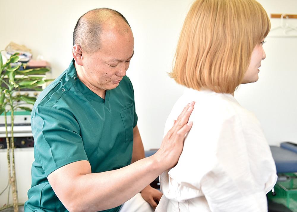 天理市、しおり整体院。院長は合気道歴20年以上で、骨や筋肉の動きに精通する。特に椎間板ヘルニアの痛みや痺れを得意とし、手術に抵抗のある人が口コミで相談に訪れる。穏やかで丁寧な問診とボキボキしないオーダーメイド施術で、高齢者も不安なく受けられる。