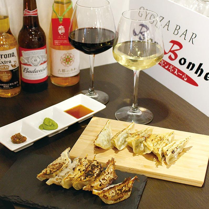 奈良っこNarakkoおすすめ。GYOZA BAR Bon Bonheur ボン ボヌール。奈良市 餃子バー。赤ワインやオニオンソテー、ブイヨンなどを使い、黒トリュフオイルやアボカドペーストなどでいただく洋風餃子がお目見え。グラス片手におしゃれ味の餃子をいただくハッピーなひとときを。テラス席あり。名苺「古都華」のスパークリングワイン『古都のあわ』奈良初グラス売り♪