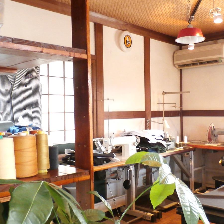 奈良っこNarakkoおすすめ。でなり。奈良市 カジュアルウエア・雑貨&ダイニングカフェ。アーバンアウトドアメーカー&カフェ。着心地よく、街中で決まるアウトドアウエアや帽子、小物までこだわりの技術で自社製造・販売。広々カフェでは、奈良県産食材にこだわった喫茶メニューや軽食を提供し、夜はバー的空間としても使えるよ。