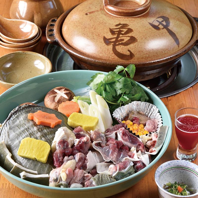 奈良っこNarakkoおすすめ。スッポン料理専門店 亀甲 ⁄きっこう。スッポン料理。新鮮&良心価格なスッポン専門店。創業33年、県内唯一のスッポン料理専門店。店で4~5年養殖した新鮮なスッポン鍋は、生姜の香るスープに、鶏肉のような肉とプルプルのゼラチン。臭みなく、甲羅と骨以外丸ごと食べる。美容と健康に◎