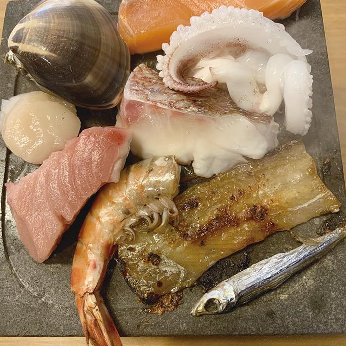 奈良っこNarakkoおすすめ。鮮魚・総菜・居酒屋 魚智水産 ⁄うおともすいさん。魚屋が18時から海鮮居酒屋に変身!目利きの店主が魚屋&居酒屋をOPEN。五島直送の鮮魚ほか、魚のおかず弁当が人気だ。18時、居酒屋に早変わりした空間では、活造りや焼き・煮・揚げ・蒸しなど、新鮮ネタの魚料理と厳選酒が楽しめる。奈良市南市町。