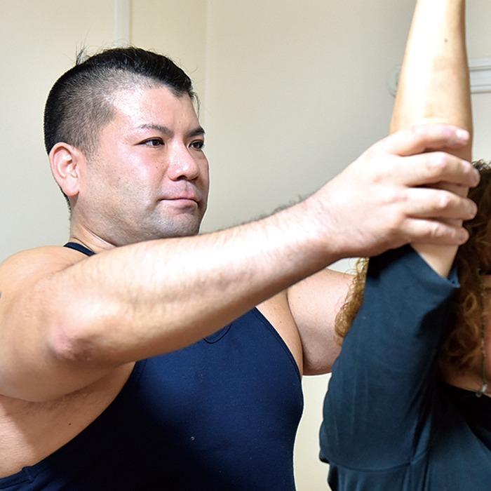 奈良市、エクササイズ。エムズ スタイル ラボ「筋肉を柔軟にし、効果的に動ける体に」と三浦真己先生。丁寧なカウンセリング後、個々の可動域と負荷に適したストレッチ&エクササイズを指導する。年齢に関係なく上質な筋肉を作り運動機能を高め、姿勢や痛みも改善。無理なく続けてナイスバディーに。