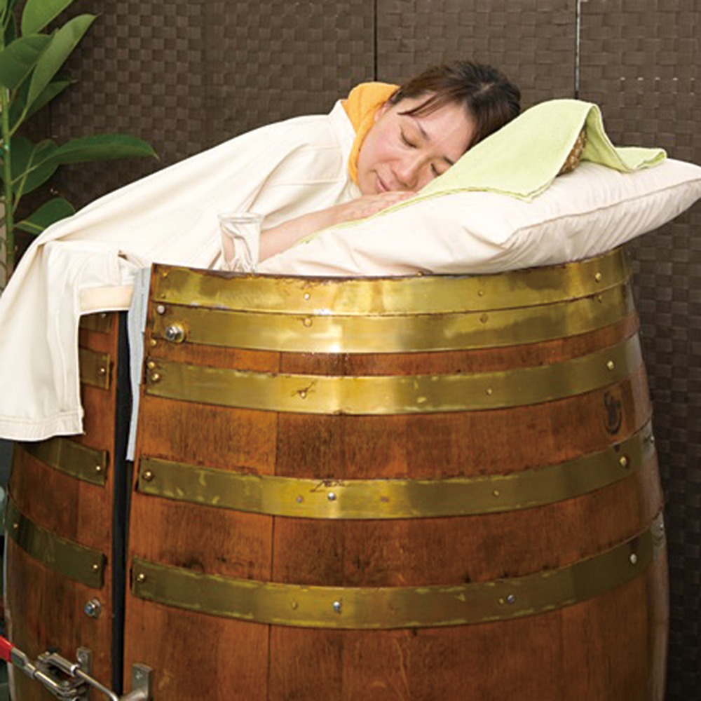温浴+整体 まりの手。温浴・整体、大和郡山市。女性院長による独自の痛くない「やさしいタッチ」で、骨盤や背骨をはじめカラダのゆがみを整え、体液の流れを良くし、こわばった筋肉のコリがほぐれます。一緒に、ハーブ9種を蒸気で浴びる漢方樽サウナも。内臓を温め、デトックス効果が抜群だ!
