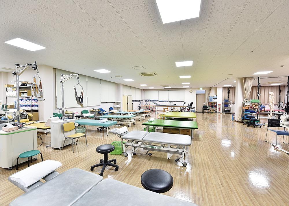 西の京病院、メディカル最前線。カラダとこころ一体の機能回復でQOL(日常生活の質)向上。リハビリテーションセンター。奈良市の医療法人。脳血管障害・運動器疾患障害・呼吸器障害の方々の治療を行っていますが、障害名は同じでも個々の身体状況と必要な動作は異なるので、一人ひとりに即した療法を、医師・看護士、理学療法士・作業療法士・言語聴覚士らが、センター全体で把握しチームプレーで提供しています。リハビリや運動に欠かせないモチベーション(意欲)を持続するためには達成感が大切です。そのために、運動がうまくできたことや運動の効果を実感(成功体験)してもらえるように声掛けしています。取材協力/医療法人康仁会 西の京病院 TEL.0742-35-1122(メディカルプラザ薬師西の京事務局)奈良市六条町102-1