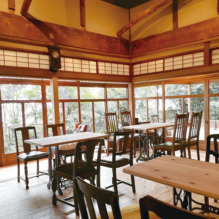 生駒市カフェ・雑貨、Kinachick no Mori キナチックノモリ宝山寺近くの森の中にあるカフェ。築約100年の古民家を改装した店に入ると、人形作家である店主の作品や雑貨・古道具がお出迎え。眺望抜群の癒やし空間でランチやコーヒーを存分に楽しもう。