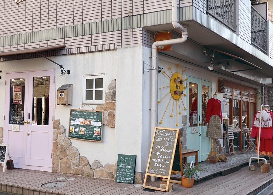 奈良市のカフェ&古着、SUNNY and MORE サニー アンド モア。図書館向かいのオールドアメリカン的なカフェ。ベーグルサンドやおにぎりのランチほか、豊富な手作りスイーツが好評だ。レディースヴィンテージ古着も販売、掘り出し物見つけにGO♪