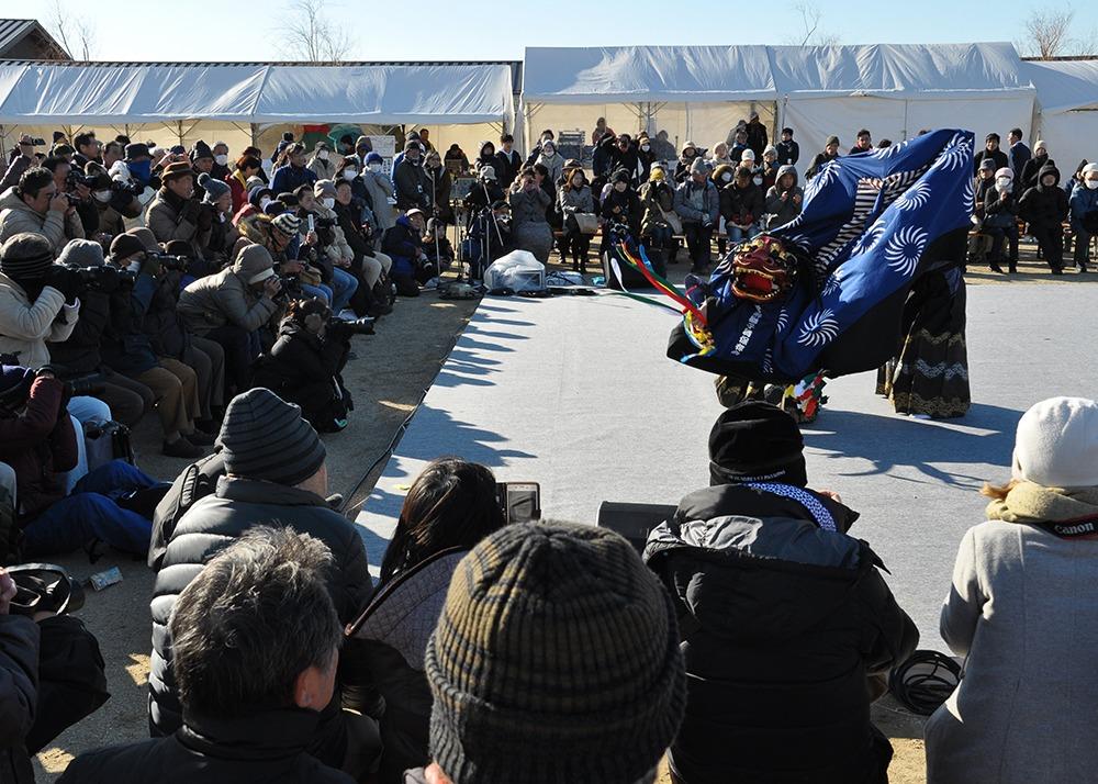 奈良県の冬季誘客イベントとして2016年に始まった大立山まつりが愛称を「奈良ちとせ祝ぐ寿ぐまつり」として今年も平城宮跡で開催! 会場には無病息災を祈願する高さ約7㍍の大立山(四天王)が設置され、県内39市町村の絶品あったかグルメや特産品が集結。また、県内各地に伝わる伝統芸能やお坊さん講話、称徳天皇の時代を想定した「礼服」「礼冠」の再現など奈良の暮らしや歴史、伝統を感じることのできるイベントが盛りだくさん♪ 25日には古都奈良に早春を告げる伝統行事「若草山焼き」を遠景で眺めることができ(18時15分頃~)、26日には「世界遺産を走ろう! 平城宮跡リレーマラソンin大立山まつり」も同時開催。朝堂院周辺の1周約2㌖を2~15人チームでリレーする。広大な史跡を家族や同僚、友達と一緒に駆け巡ろう。参加特典には大立山まつりで使用できる割引券も。応募方法や詳細はHPでチェックを。(リレーマラソン申し込み:https://sportsone.jp/srt/stocks/srt20200126_132248.html)