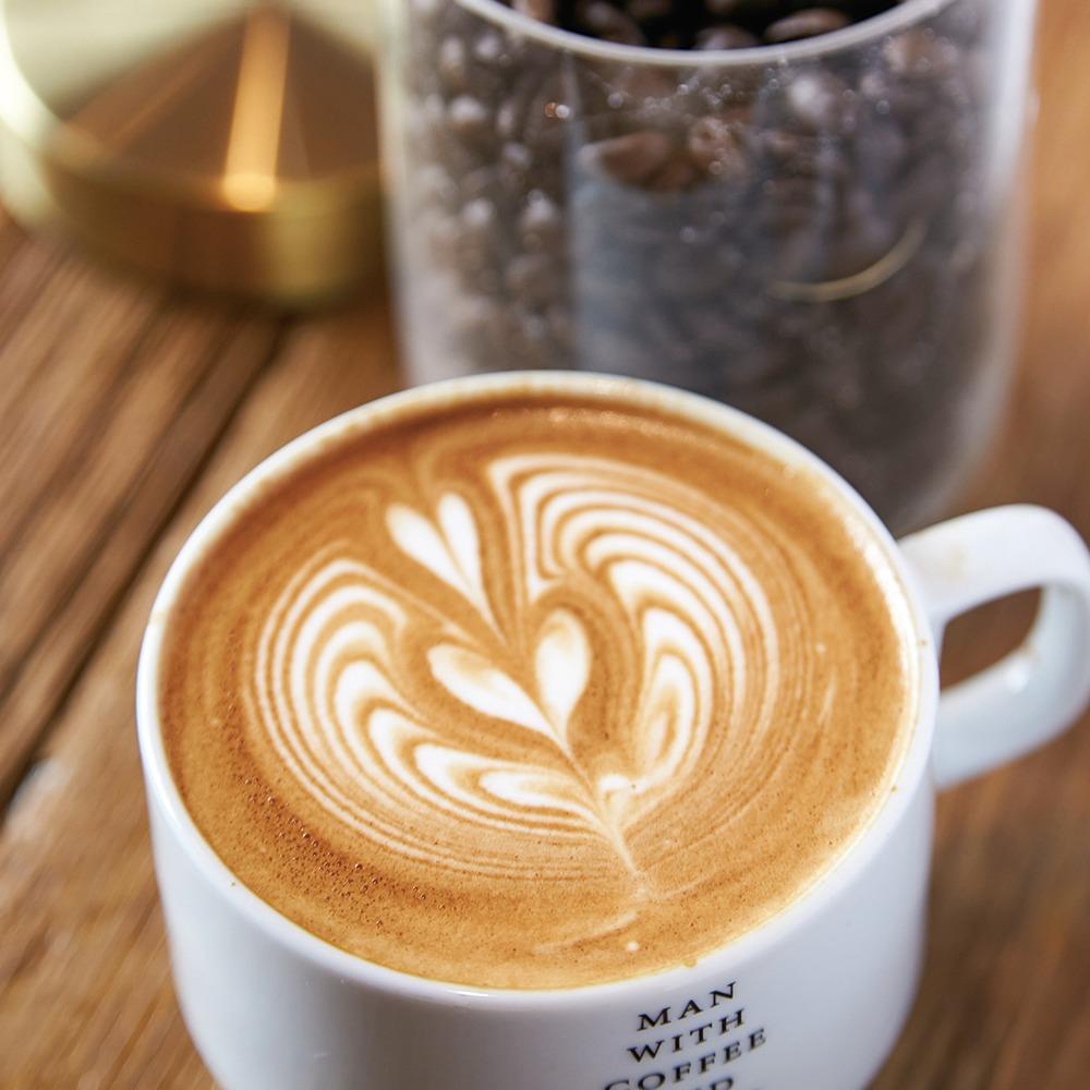 葛城市、THE INY COFFEE、yomiっこおすすめ掲載店。 二上山麓の自家焙煎コーヒーバー。豆は季節感に合わせシングル3種とブレンド1種を中~深煎りに。通常の3倍の豆を使う、ダークチョコのような濃厚エスプレッソや、ふんわりとミルクの甘さが広がるラテも人気だ。同店別注の「カヌレ羊羹」と共に。