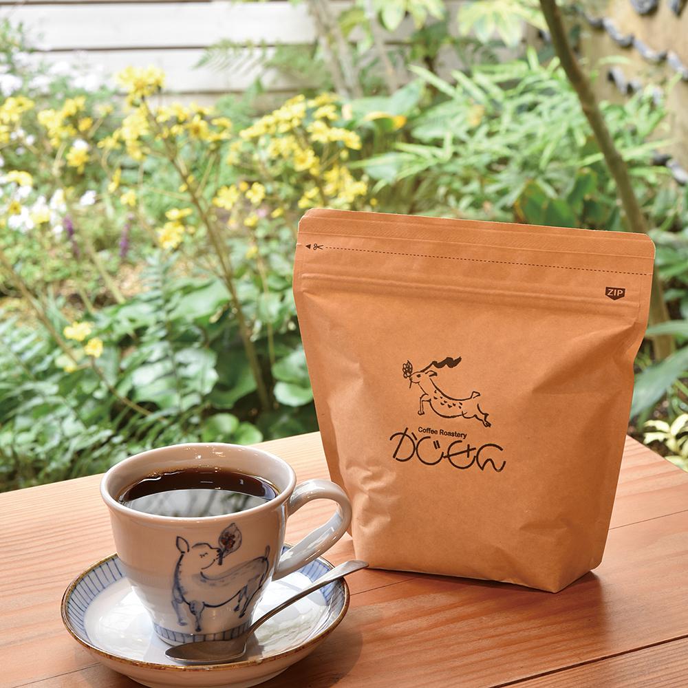 奈良市、珈琲や、かじせん、女性店長が焙煎する中煎りコーヒーが自慢の店。1,500m以上の高地で有機栽培された希少種の豆を使用する。香りやうまみのために煙突の長さにまでこだわった自家焙煎機でロースト。明治時代の鍛冶工房の名残を楽しみながらコク深い一杯を。奈良市今在家町17