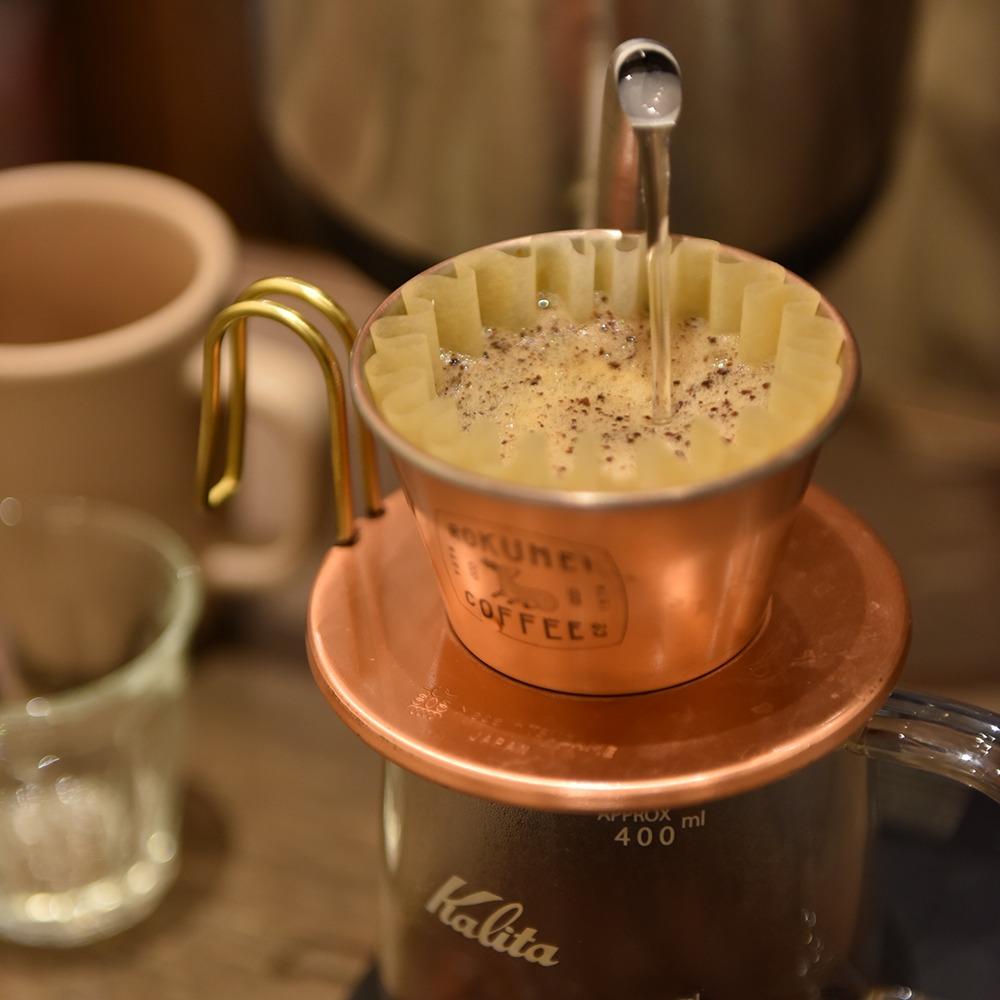 奈良市、富雄、ROKUMEI COFFEE CO. TOMIO ROASTERY、ロクメイコーヒー 富雄ロースタリー、yomiっこおすすめ掲載店。店主はJCRC2018で優勝を果たした焙煎士。クリーンかつ素材の甘みと個性を引き出した、浅煎りから中煎りを提案する。今年COE#1に輝いた希少な豆の取り扱いもあり。朝や夜などシーンに合わせた5種のブレンドも人気だ。ギフトや お土産にも◎