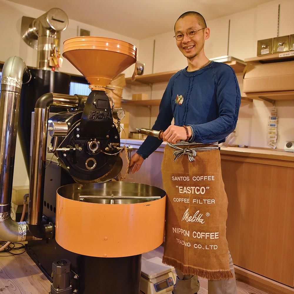 橿原市、珈琲の富田屋、yomiっこおすすめ掲載店。橿原市今井町にある豆販売店。コーヒーの香りを大切に、酸味や苦味の強過ぎないマイルドさが特徴だ。農薬・化学肥料を使わない豆を中心に常時約12銘柄を揃え、毎月1種は新しい豆に替える。「いろんな珈琲豆で、驚きと発見を」と店主。