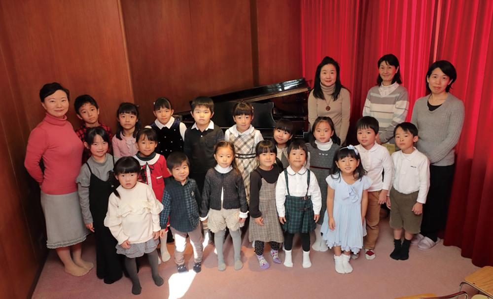 小さな積み重ねが大きな力と自信になるということを、子どもたちが晴れ舞台で見せてくれました。発表会ごとに一段と伸びていきます。 地域の子育て支援プログラムや音楽イベントでも活躍の木原育代学院長