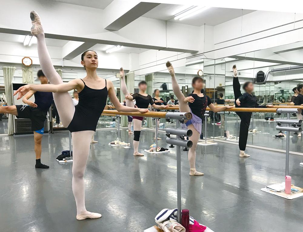 <指導実績> 国内有名コンクール上位入賞多数 英国ロイヤルバレエ学校入学、 各国バレエ団で活躍中