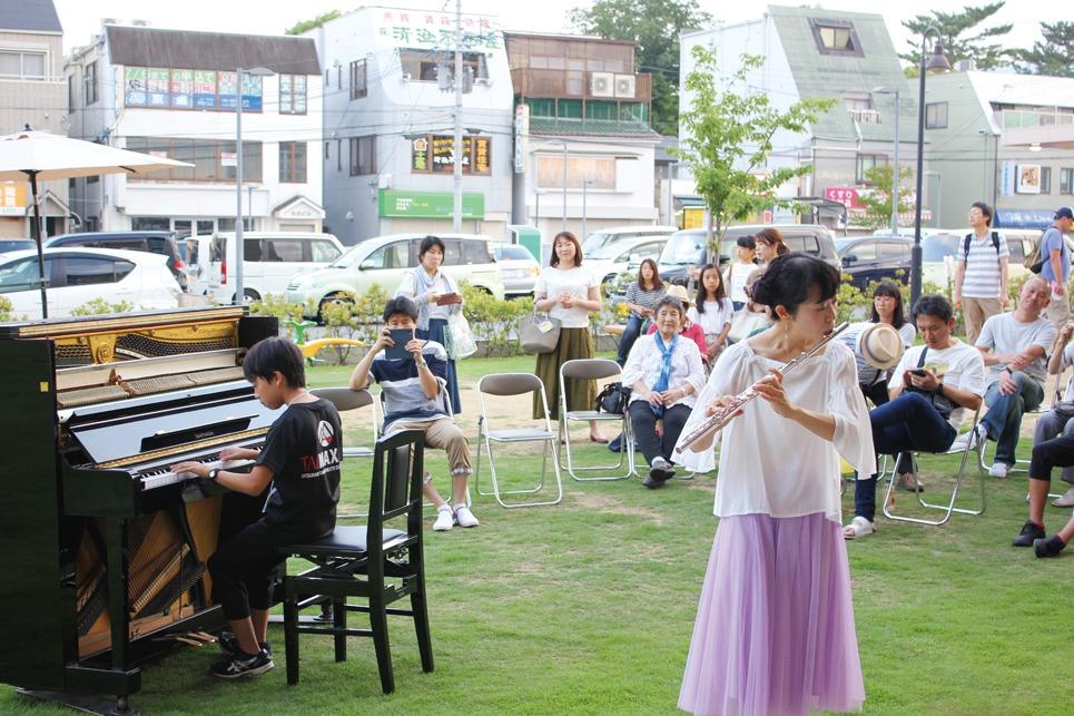 地元の片塩商店街でピアノ生演奏の歌声喫茶やフリーコンサートを開催中。ご参加ください/代表の末吉良輔さん