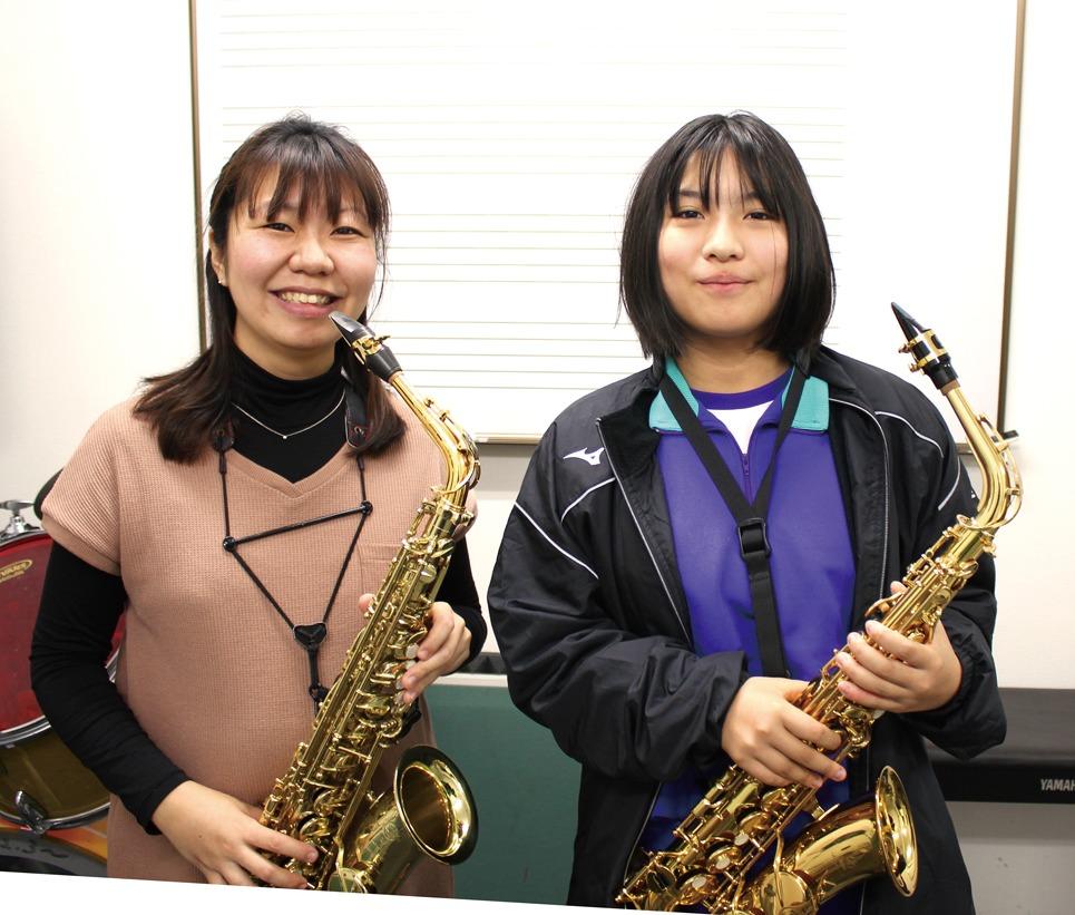 左)千井慶子先生/先生はやさしいお姉ちゃんのような存在です(生徒さん)
