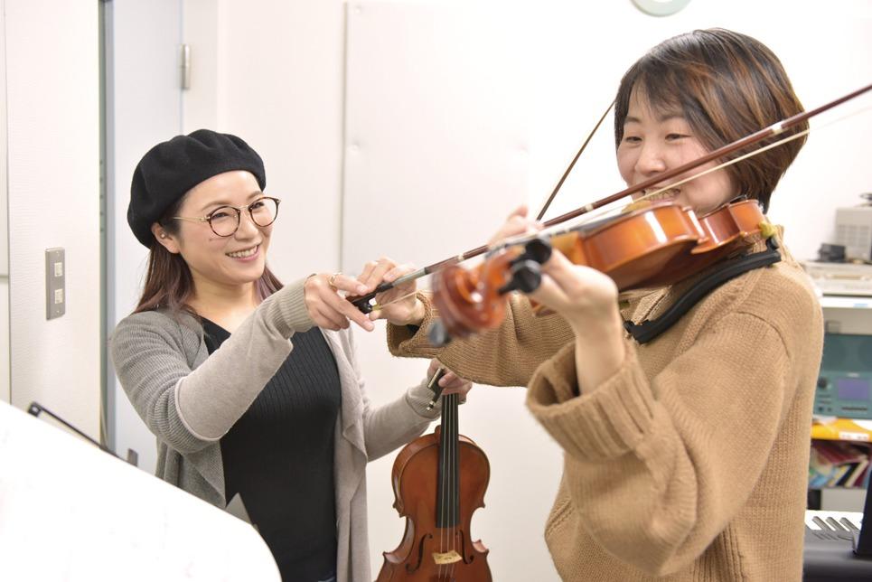 弾くと姿勢がピンとなって、体幹も鍛えられますよ!/渡邉恵美先生